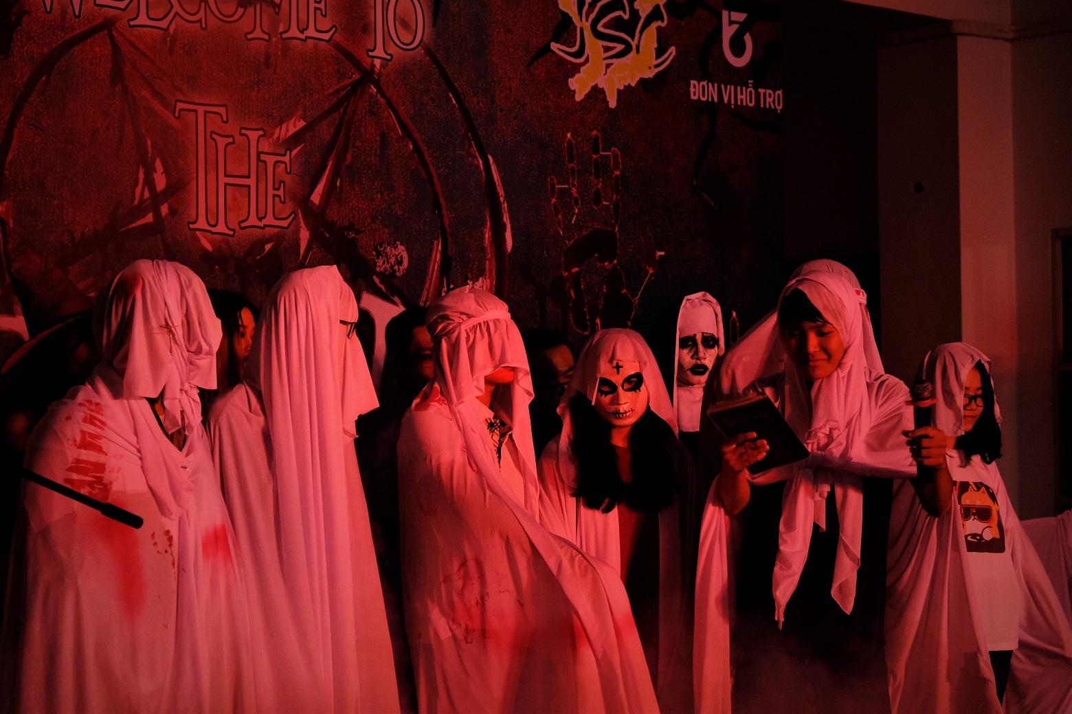 """Cả """"Hội Thánh Đức Chúa Trời"""" lên sân khấu nhảy theo điệu nhạc, chinh phục thử thách của Ban Tổ chức."""